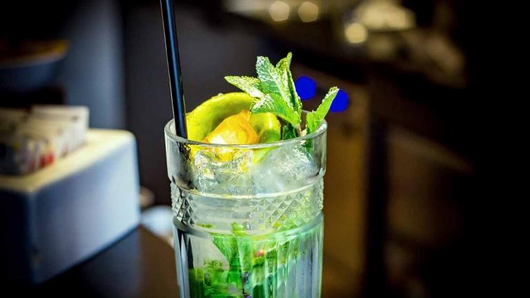 Ricetta Mojito Pestato.Mojito La Storia Del Cocktail Dei Pirati Che Incantera La Paradiso Summer Edition Caffe Paradiso
